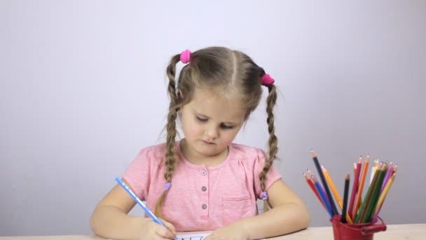 Szép fiatal lány felhívja a ceruza otthon. Oktatási koncepció