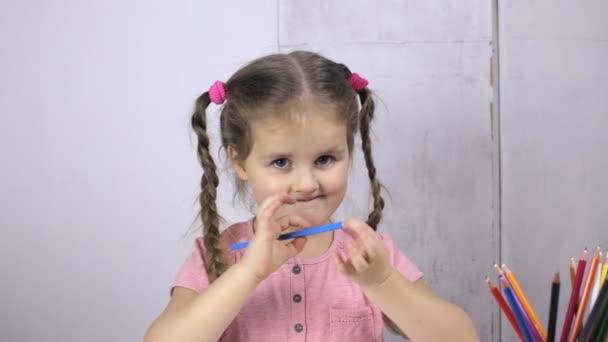 Aranyos lány felhívja a ceruza. Oktatás és rajz koncepció