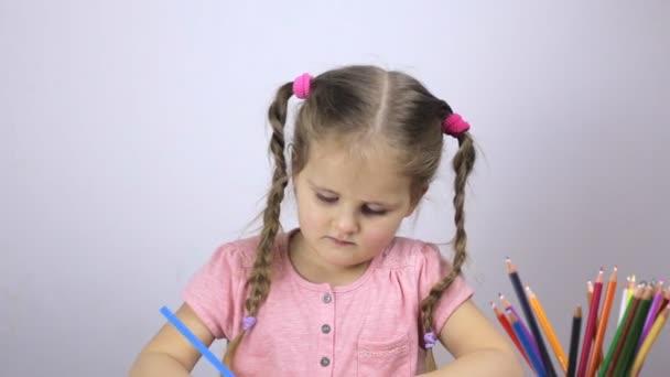Fiatal lány felhívja a papír. Oktatási koncepció