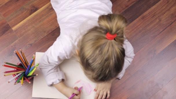 Roztomilý a mladá dívka kreslení srdce s tužky