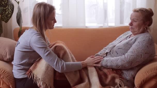 Unokája, és a nagymamája ül a kanapén beszél