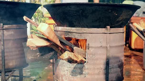 Velké vaření hrnec přes provizorní ohniště dřevo (Detailní záběr )