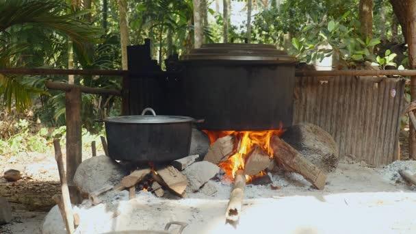 A fa és a kő nyílt tűzön főzés nagy pot (közelről )