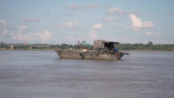 Vecchia sabbia di legno dragando chiatta procedendo lungo il fiume