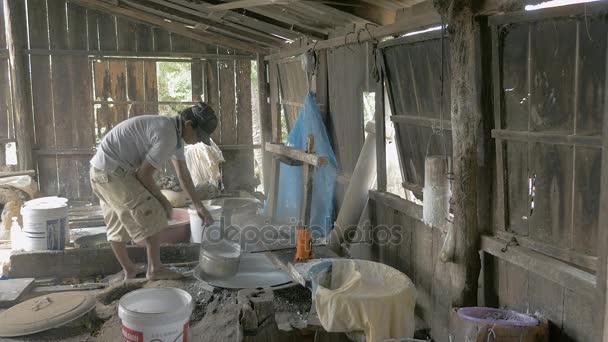 Forrázásra rizs tészta egy lyukas vödör forrásban lévő vízzel, és enyhíti a víz az ember