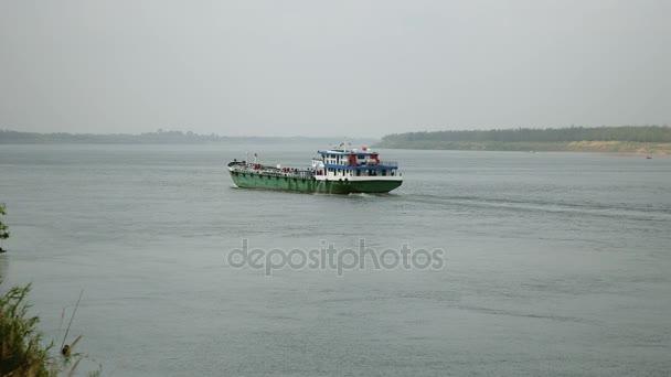 Nave da carico che procede lungo il fiume (vista posteriore)