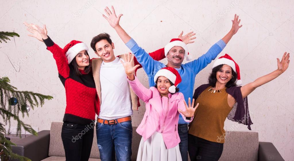 Gente Feliz En Navidad.Concepto De Familia Felicidad Generacion Dias De Fiesta Y