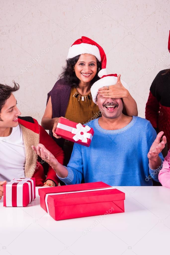 Weihnachtszeit, glücklich indische Familie sitzen über Tisch und den ...