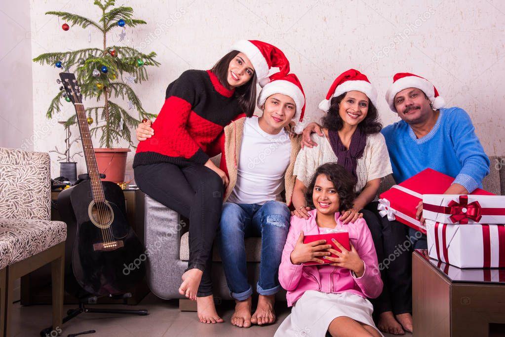 Geschenkideen Familie Weihnachten.Familie Weihnachten Urlaub Und Leute Konzept Indische