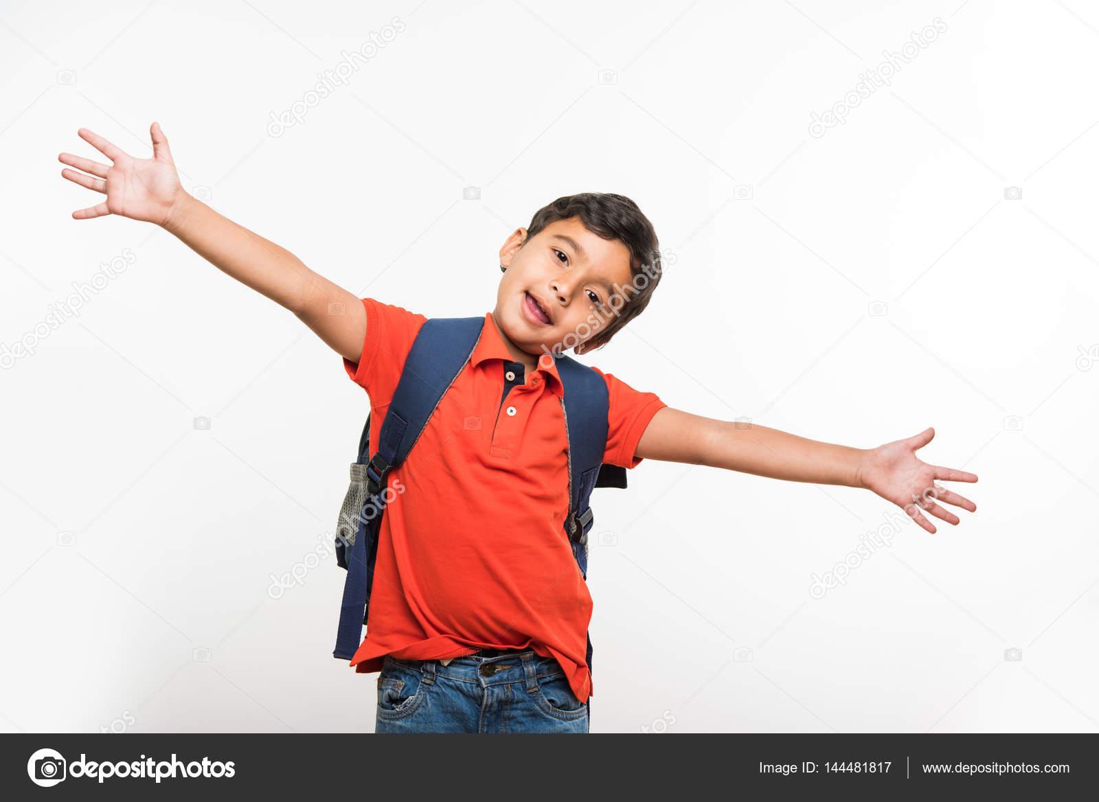 5f38740573128 Hint şirin çocuk veya bırakarak ya da okul ile küçük okul çantası, beyaz  arka plan üzerinde izole edecek çocuk– stok imaj