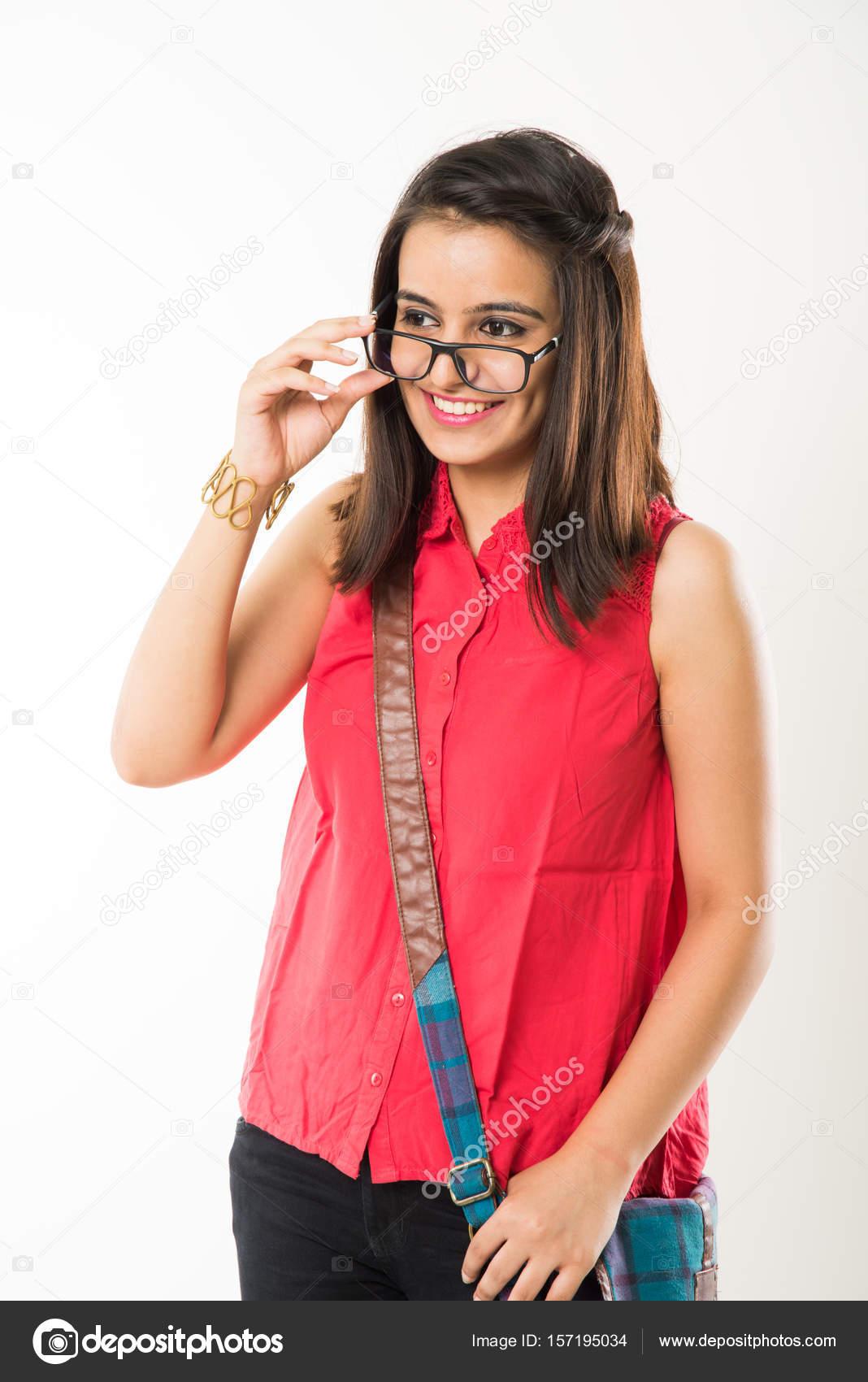 印度女大学生照片_好期待印度女大学生站在那儿,拿着书或不戴眼镜,在白色的 ...