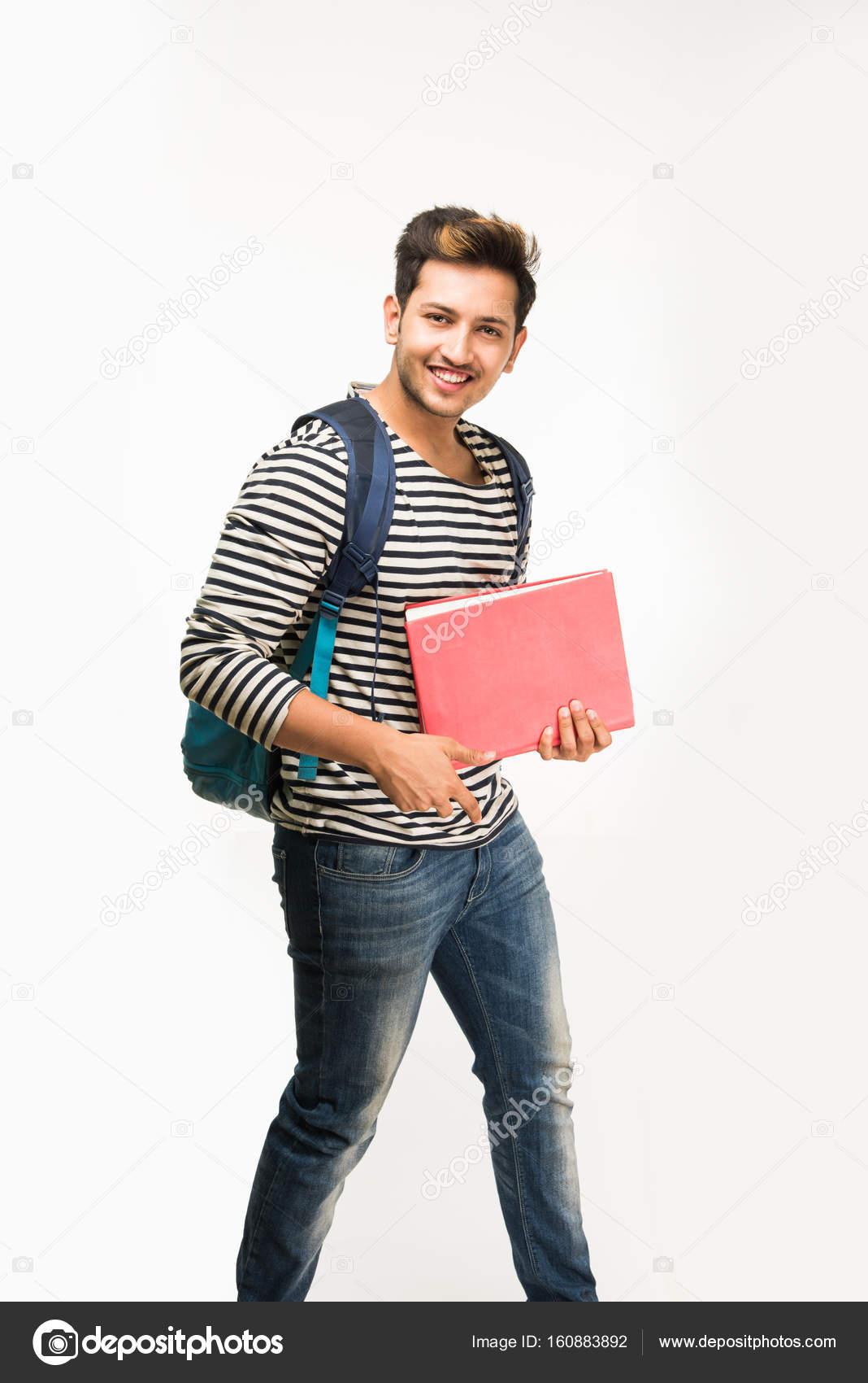 Bonito e jovem indiano masculino universitário carregando