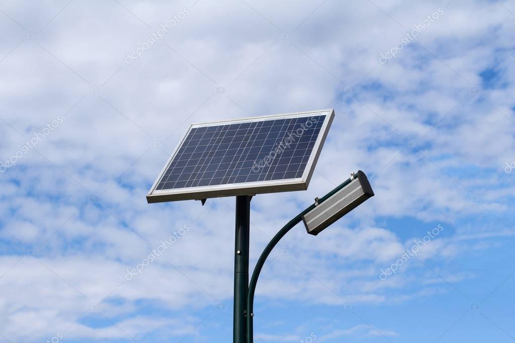 Pannello solare per illuminazione pubblica di città u foto stock
