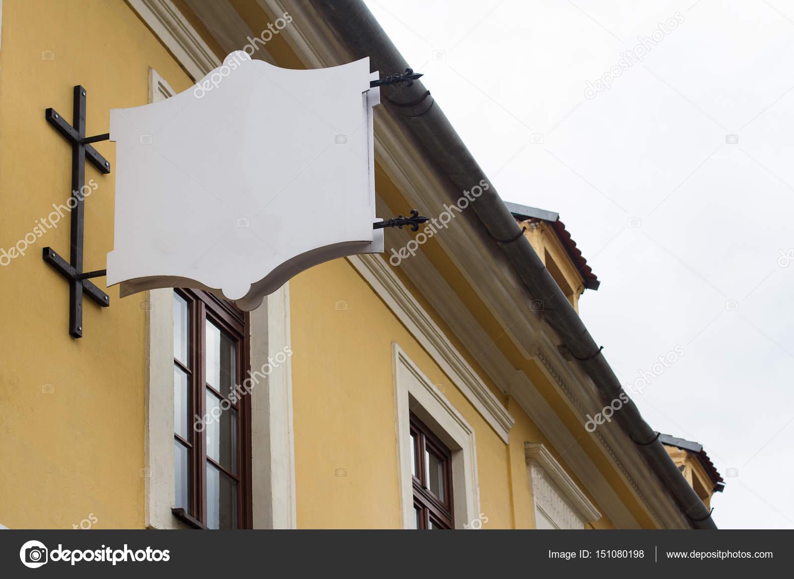 leere Schild an einem Gebäude mit klassischer Architektur ...