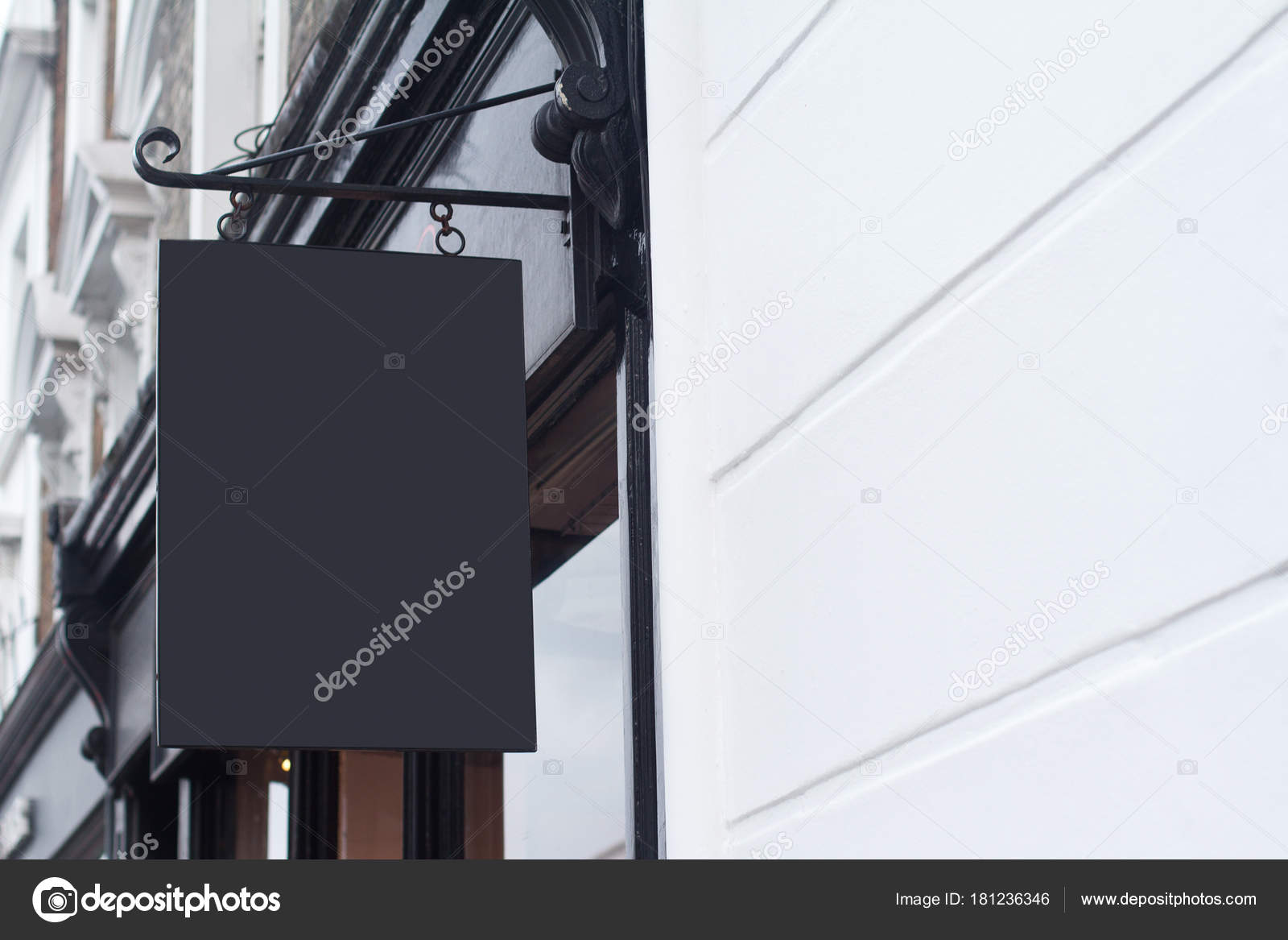 quadratische leere Schild an einem Gebäude mit klassischer ...
