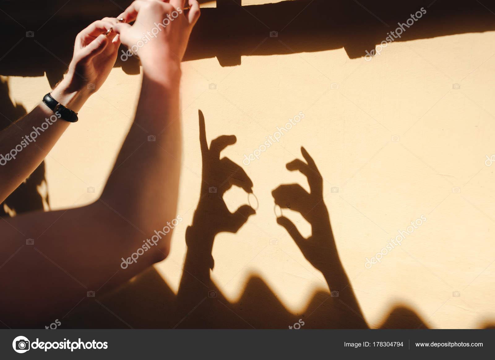 Der Brautigam Halt Hochzeit Ringe Der Wand Schatten Von Handen