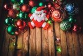 Santa Claus 2018. Nový rok dekorace. Rám z vánočních hraček. Mikulášské a vánoční koule.