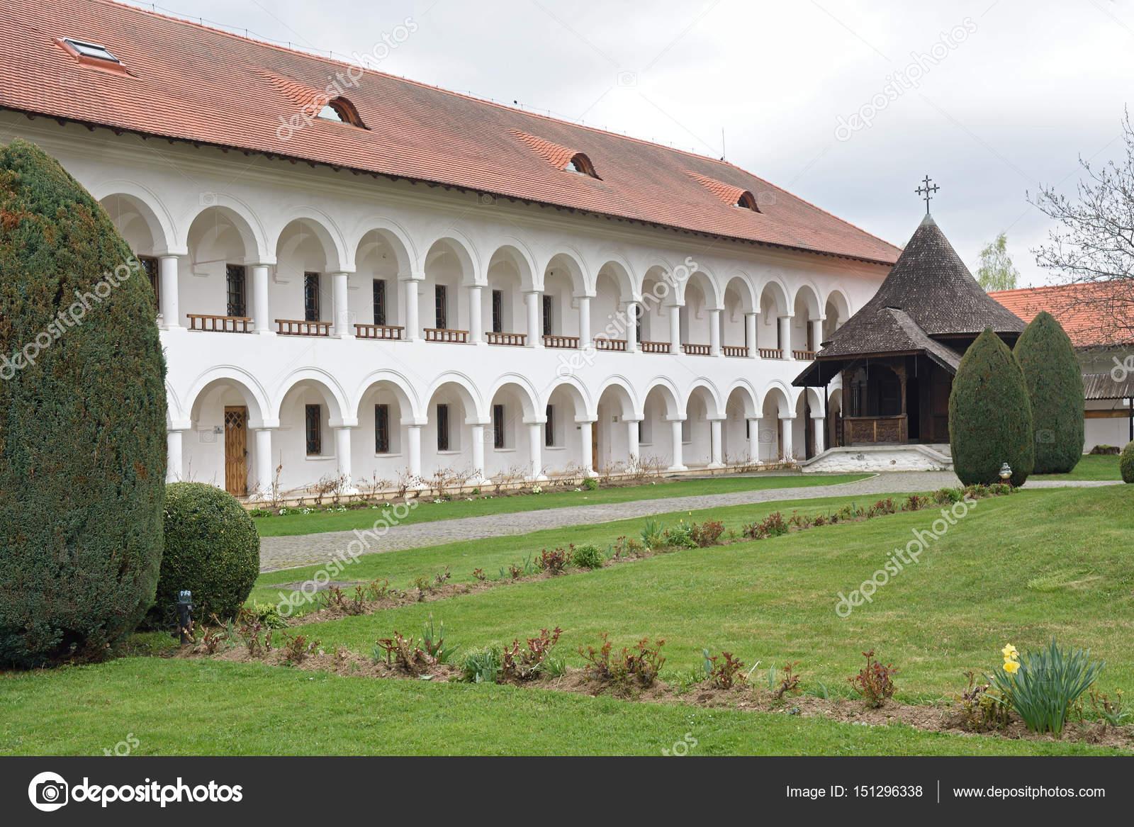 Ad arco colonade del monastero di sambata de sus in for Cabina del tetto ad arco