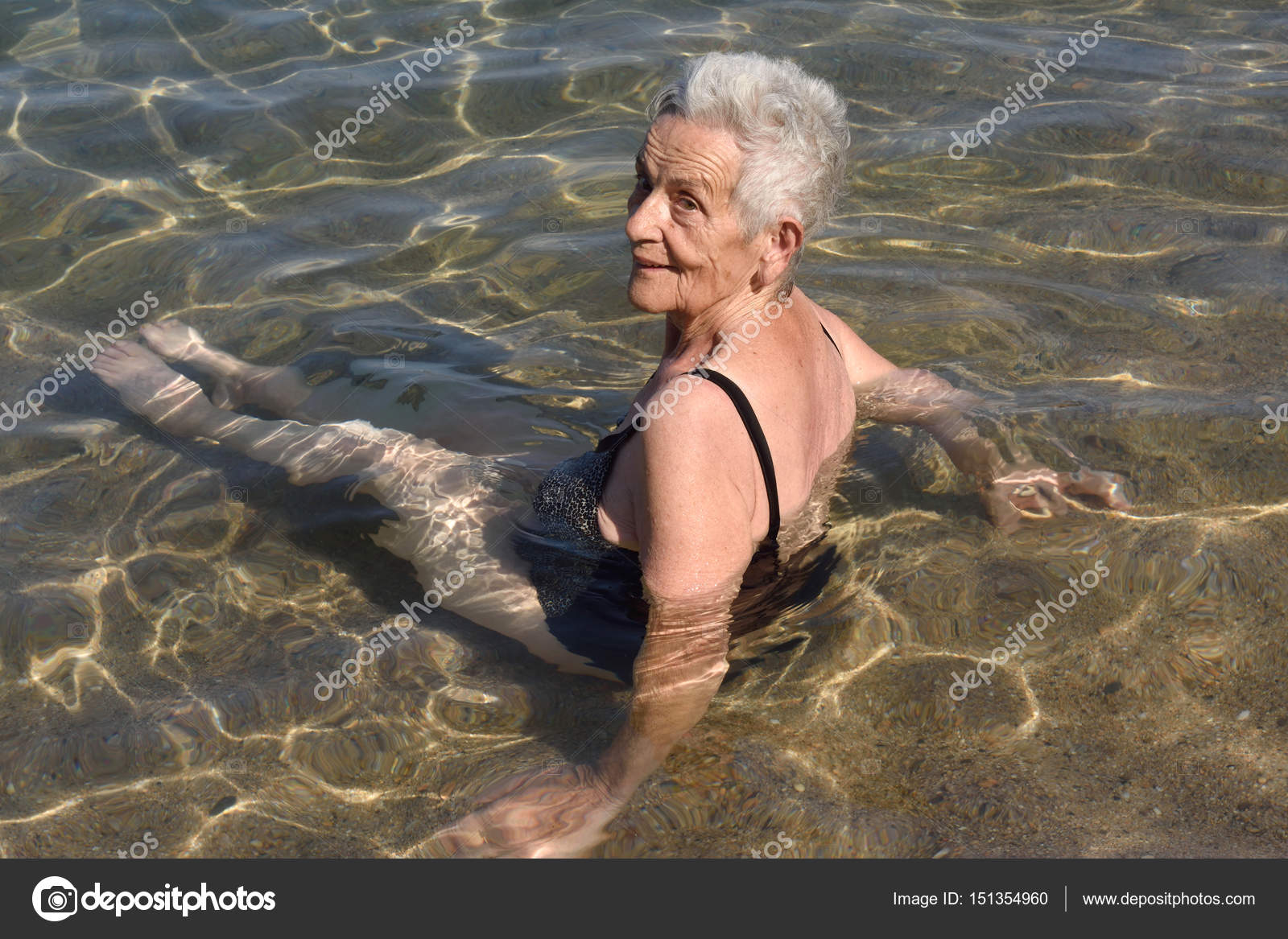 Older woman bathing in the sea, — Stock Photo