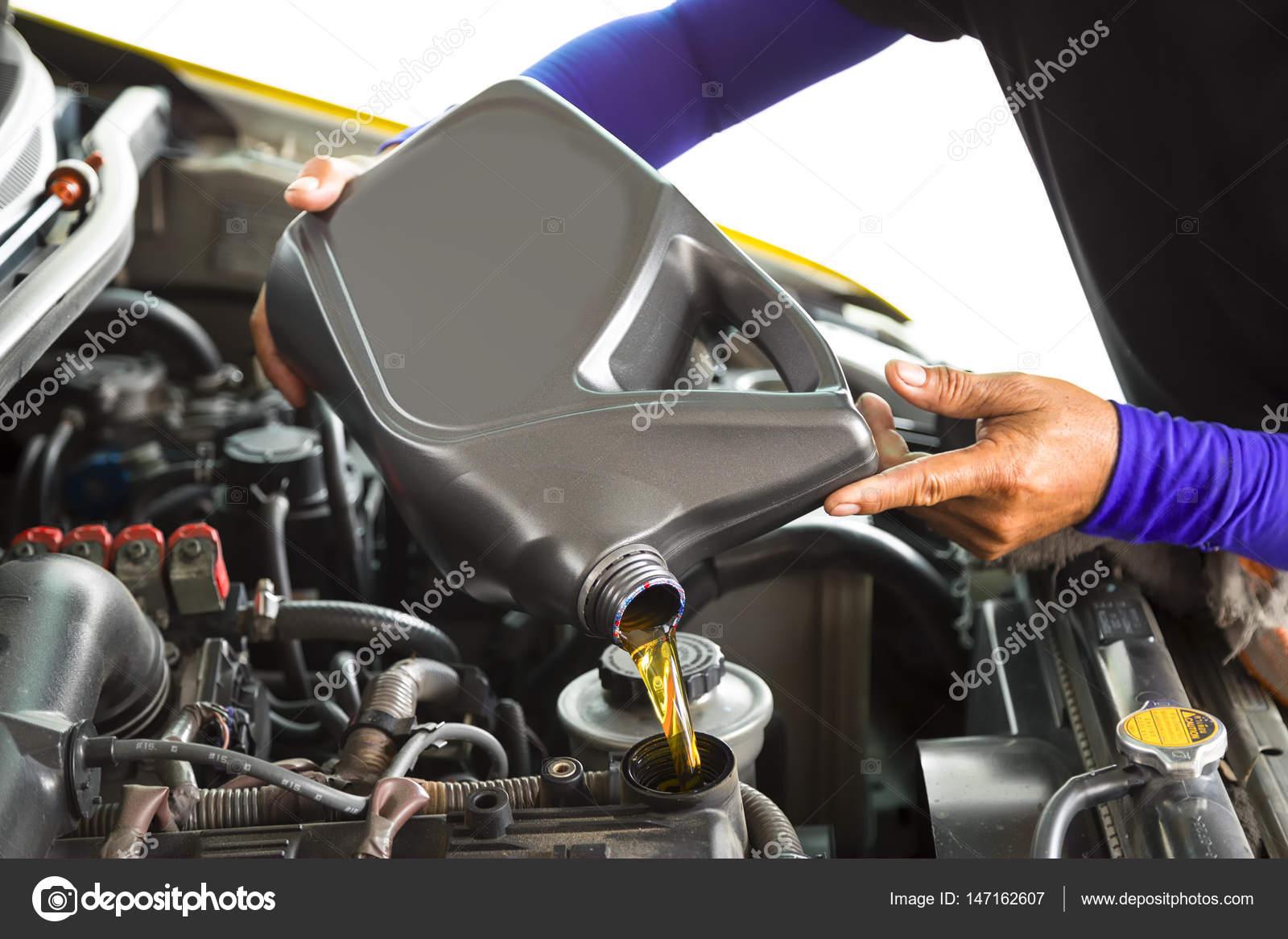 Auto Mechaniker ersetzen und frisches Öl in Motor zu Main gießen ...