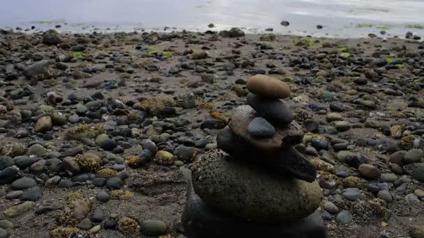 kamenné zásobníku na skalnaté pobřeží