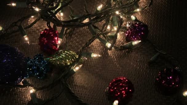 ručně odstraní jiskřivý modrý ornament