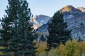 horské vrcholy a údolí s ranním sluncem