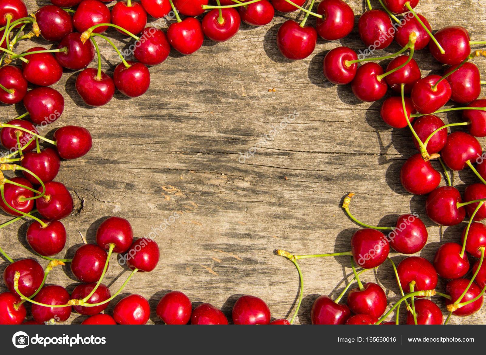Quadro de cereja vermelha em fundo de madeira u stock photo