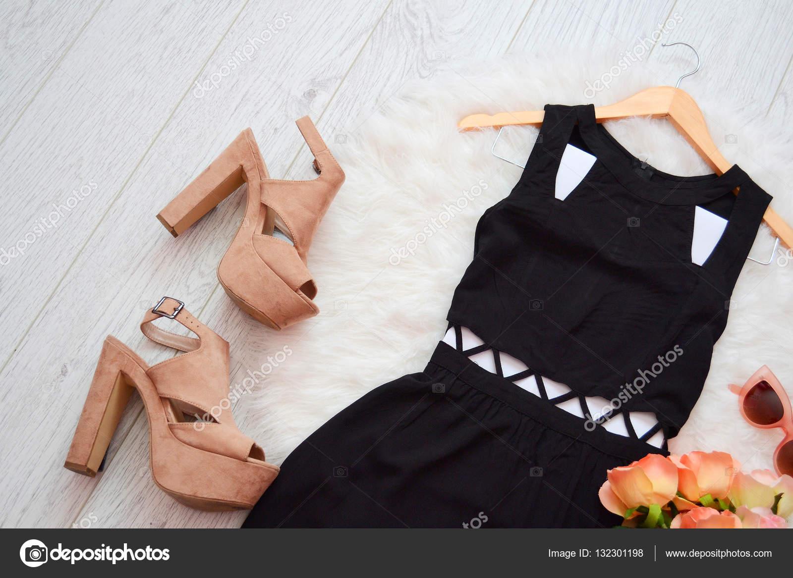 9dc8925f55e7 Concetto di moda. Abito nero e scarpe beige su sfondo bianco. vista  dall alto– immagine stock