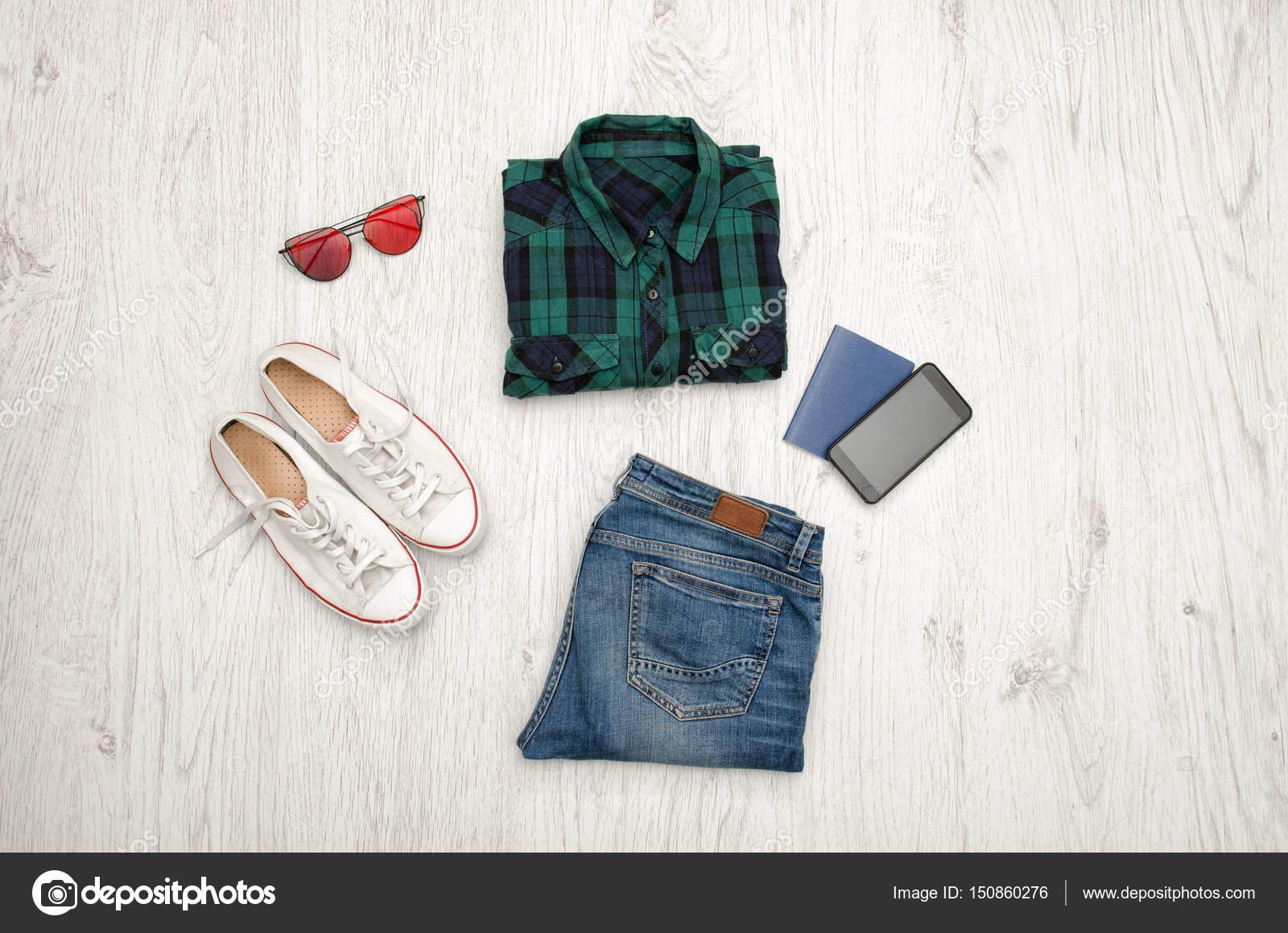 Groen Geruit Overhemd.Blauw Groen Geruit Overhemd Bril Sneakers Jeans Telefoon En