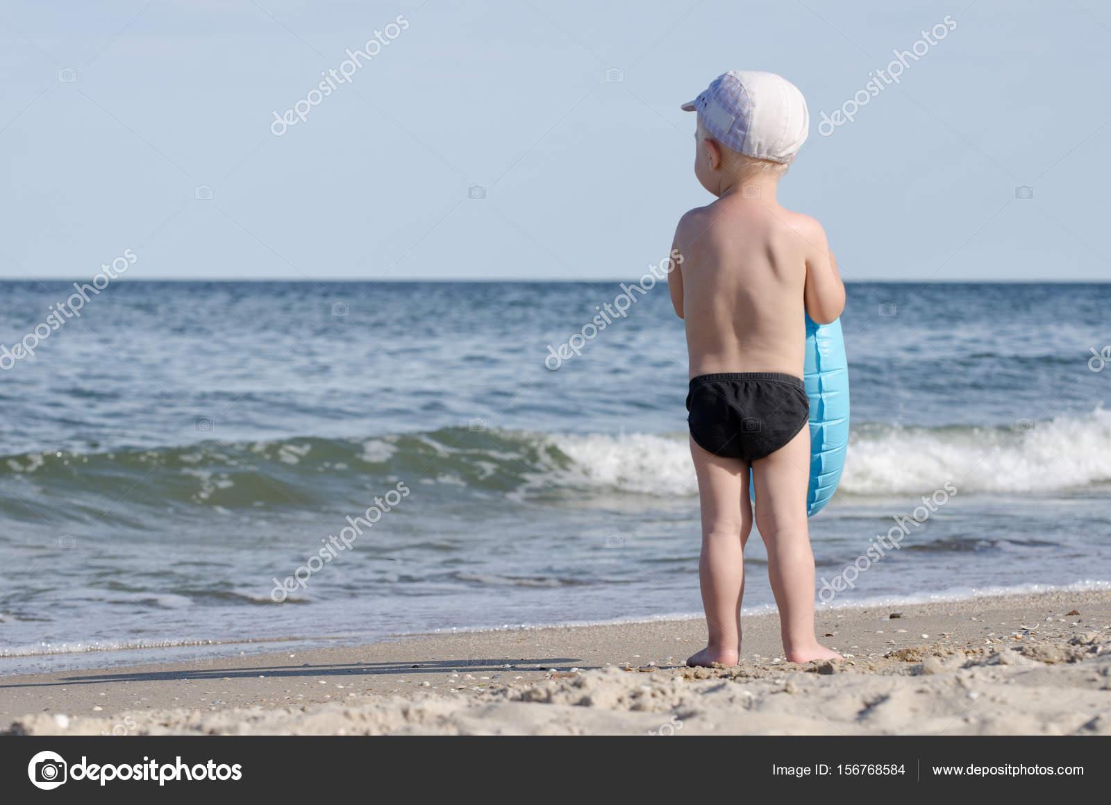 Zwembroek Kind.Kind In Zwembroek Met Een Cirkel Zwemmen Staat Aan De Oever Van De