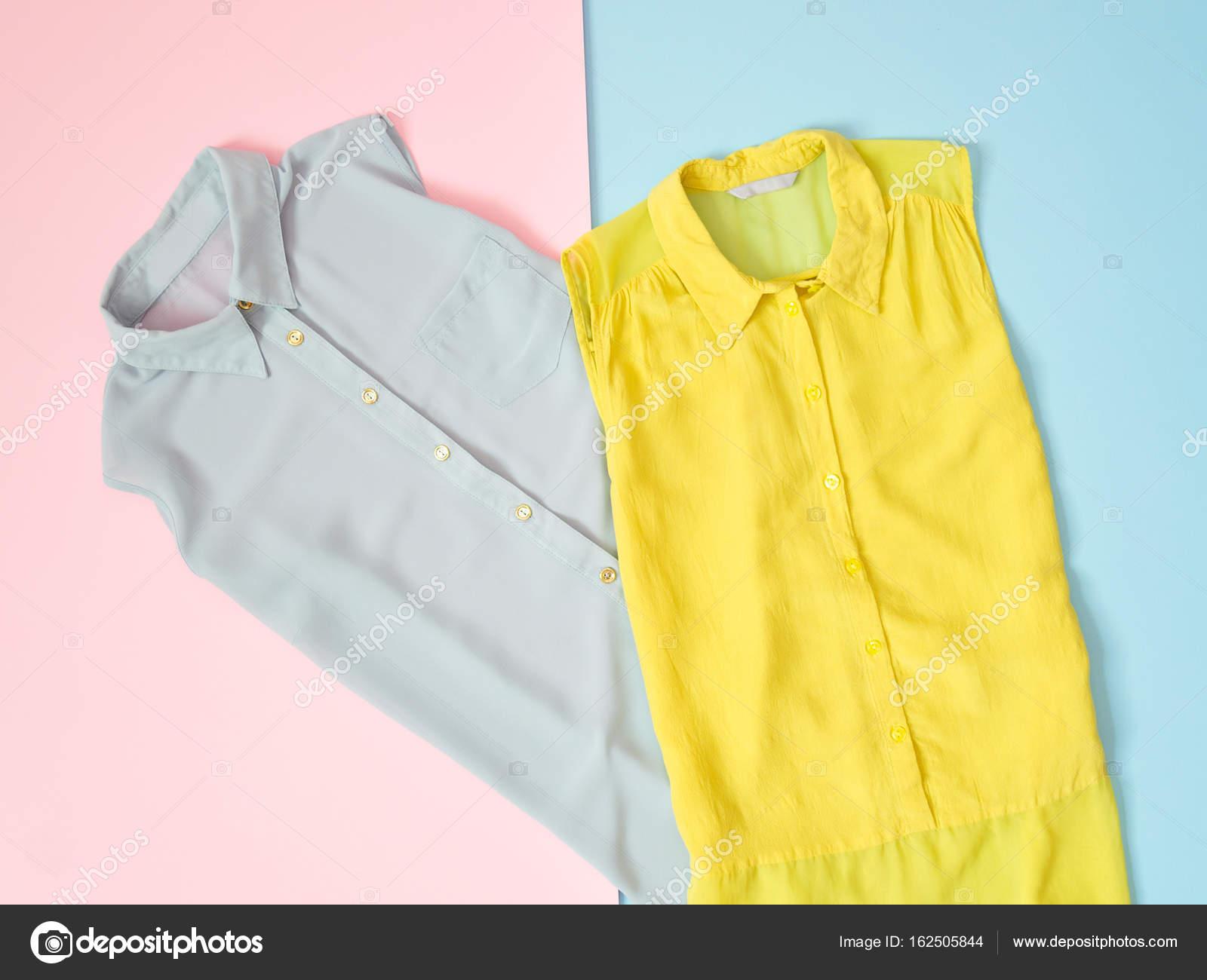 b4fc1298f471 Μπλε και πράσινη μπλούζα με ροζ-μπλε φόντο. Μοντέρνα έννοια — Φωτογραφία  Αρχείου