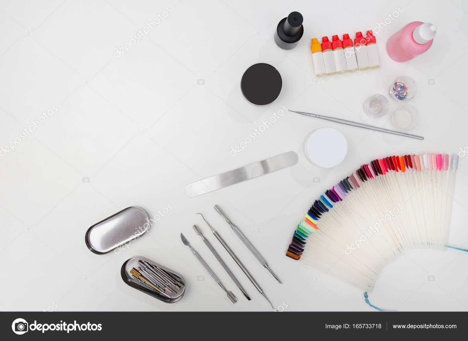 Set für Maniküre. Werkzeuge, Nagelfeile, Palette, Pflegeprodukte ...