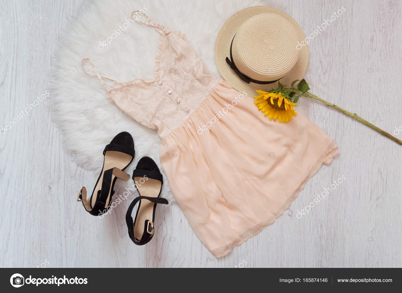 4c4a17d2a Krem sukienkę, buty, Kapelusz Słomkowy i słonecznik. Białe futro, widok z  góry — Zdjęcie od SomeMeans