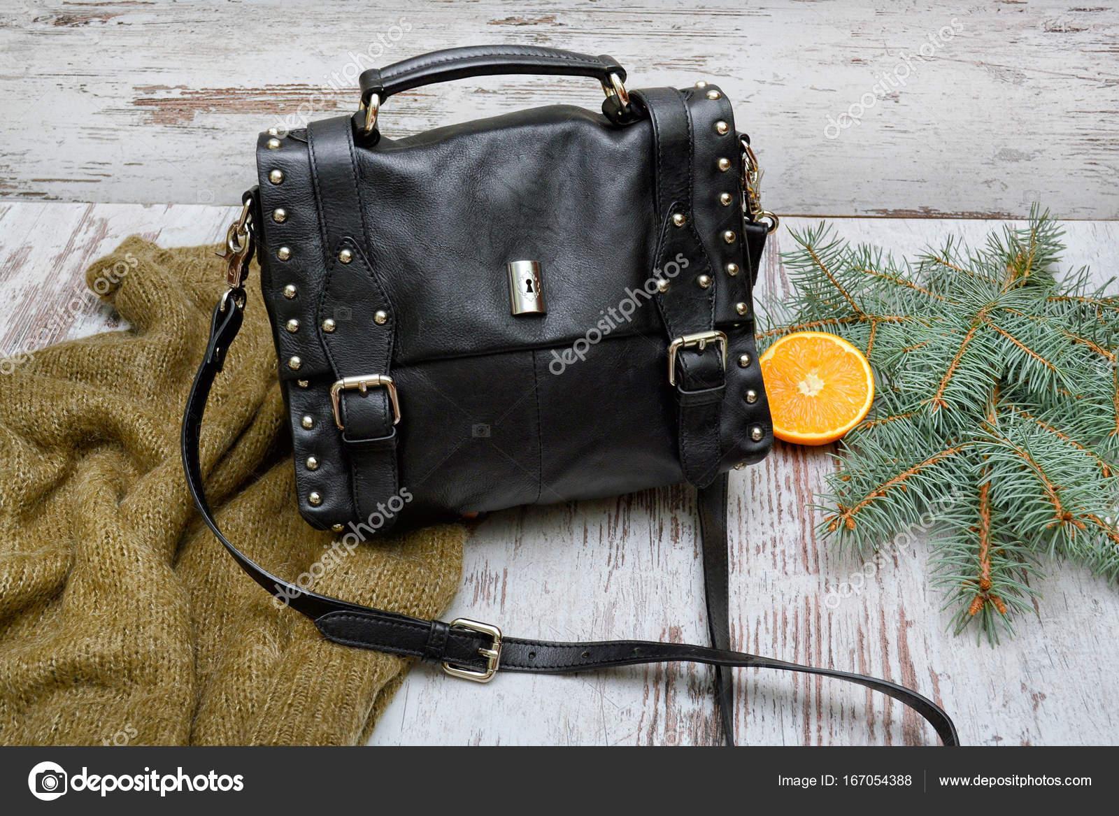 76a3fdc7b7 Μαύρη γυναικεία τσάντα