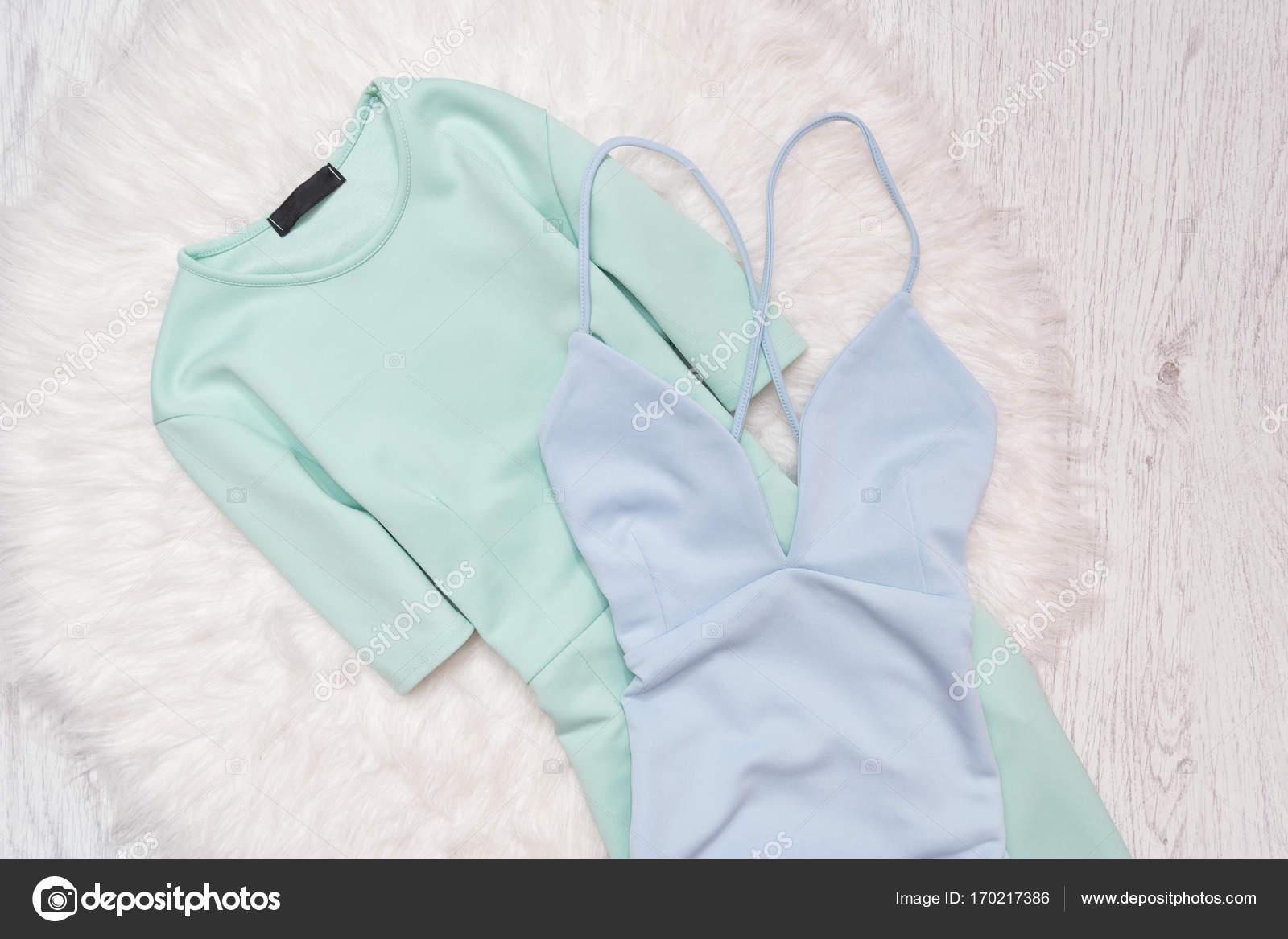 Licht Blauwe Jurk : Licht groene en blauwe jurk op witte vacht modieuze concept