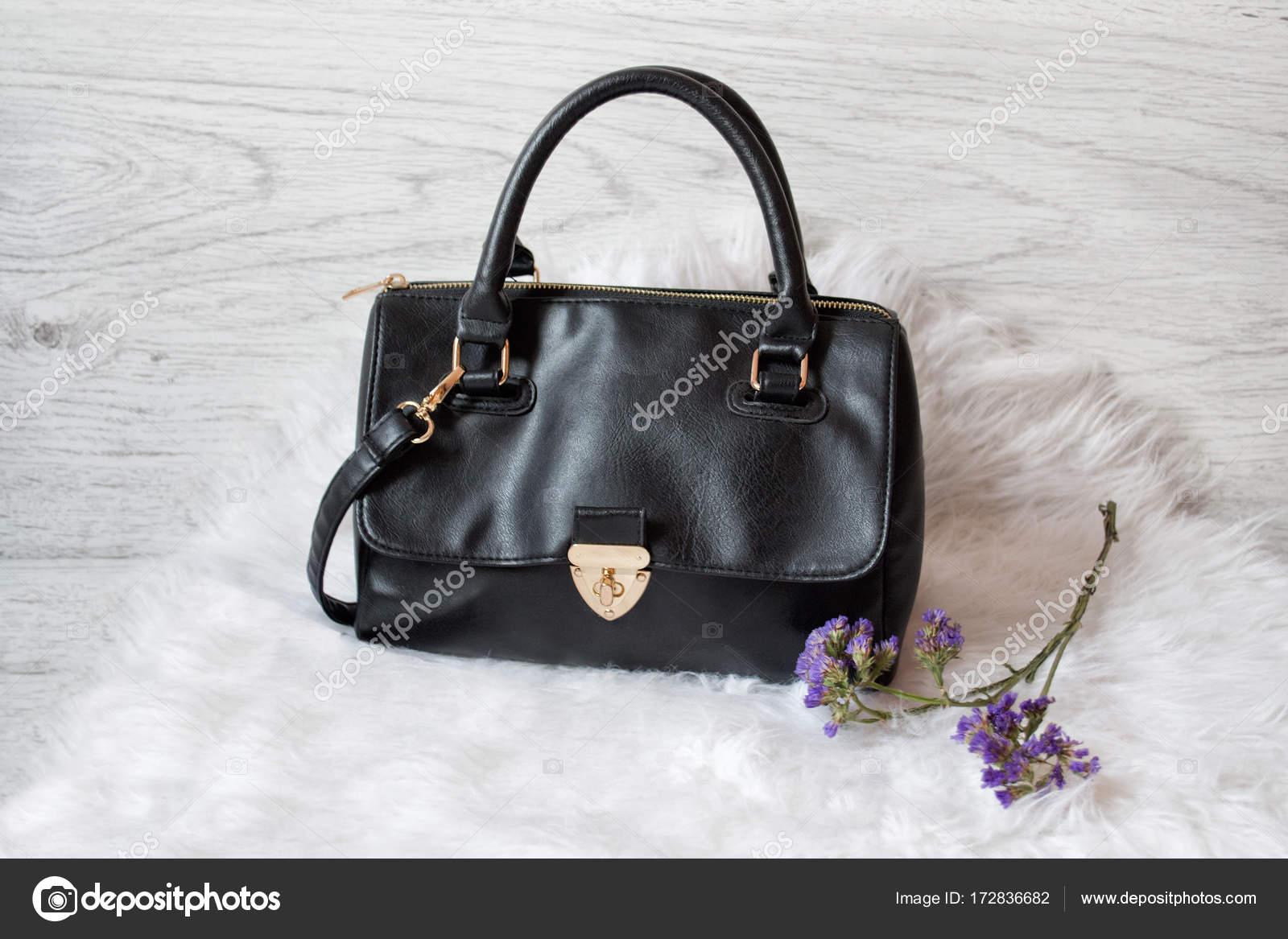 outlet store ec062 1a5ca Borsa donna nera su pelliccia bianca. Concetto alla moda ...