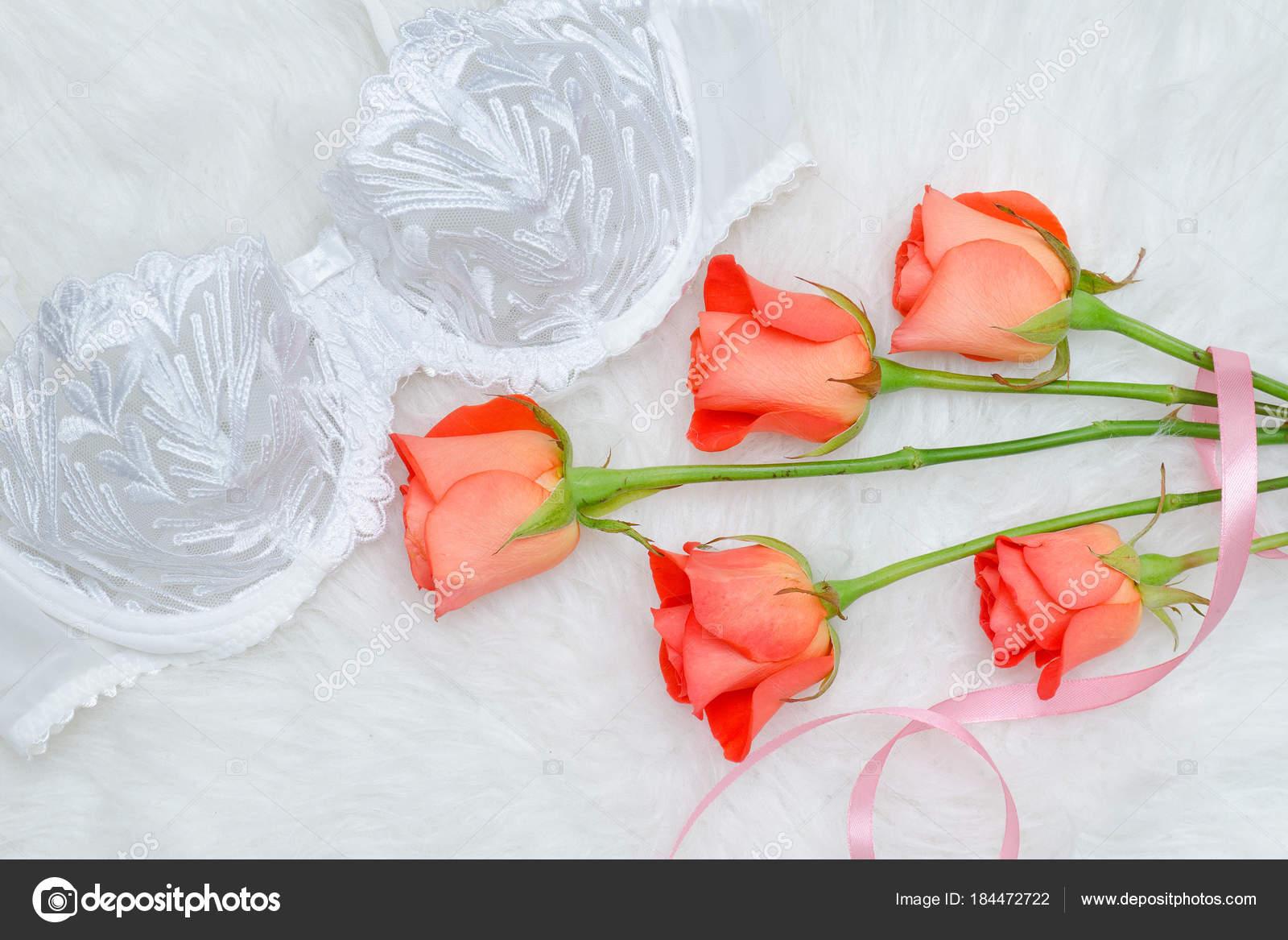 6735cf195fe3 Λευκό μπούστο με δαντέλα σε άσπρο fur. Πορτοκαλί τριαντάφυλλα — Φωτογραφία  Αρχείου