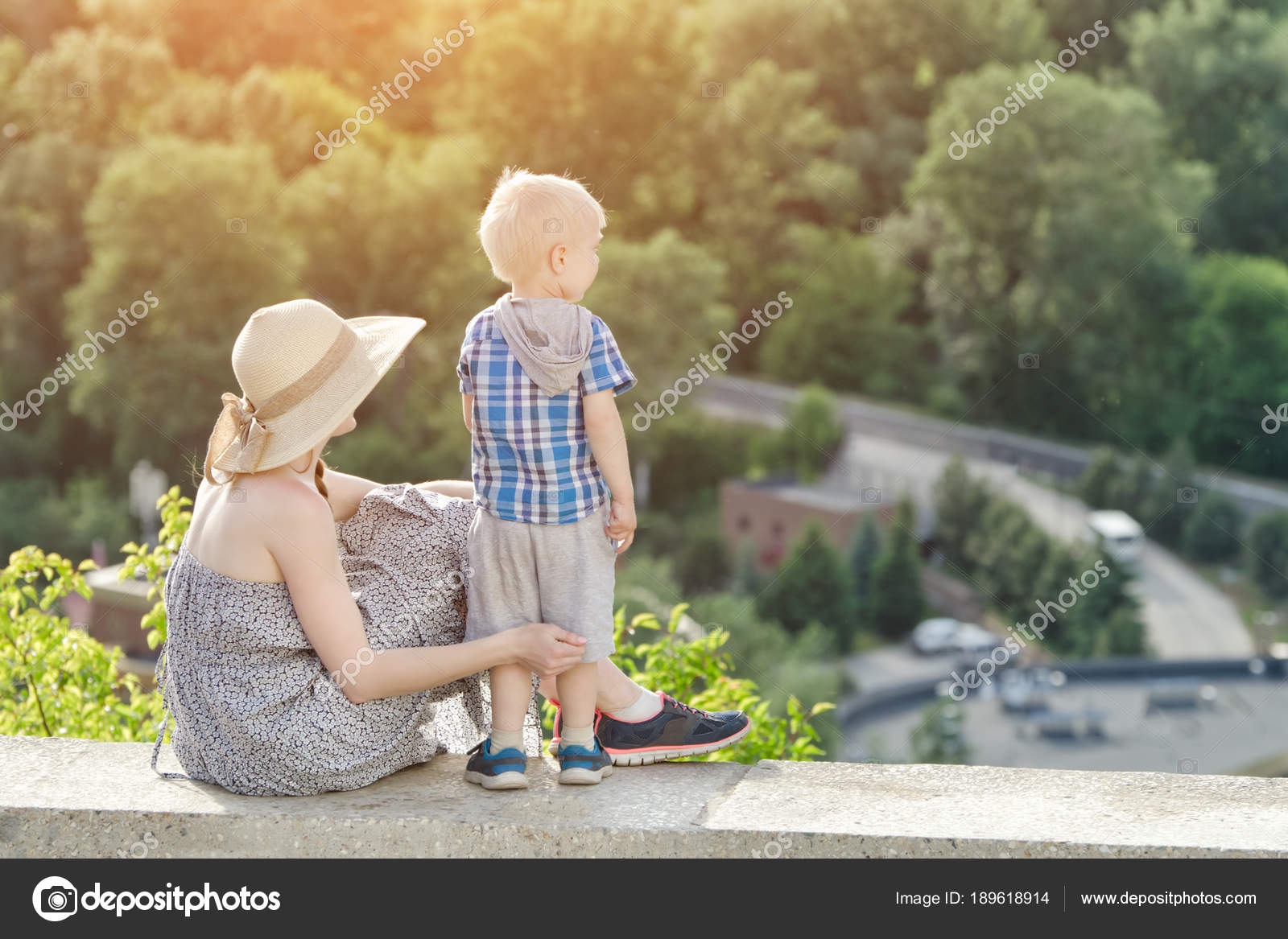Сын смотрит как мама