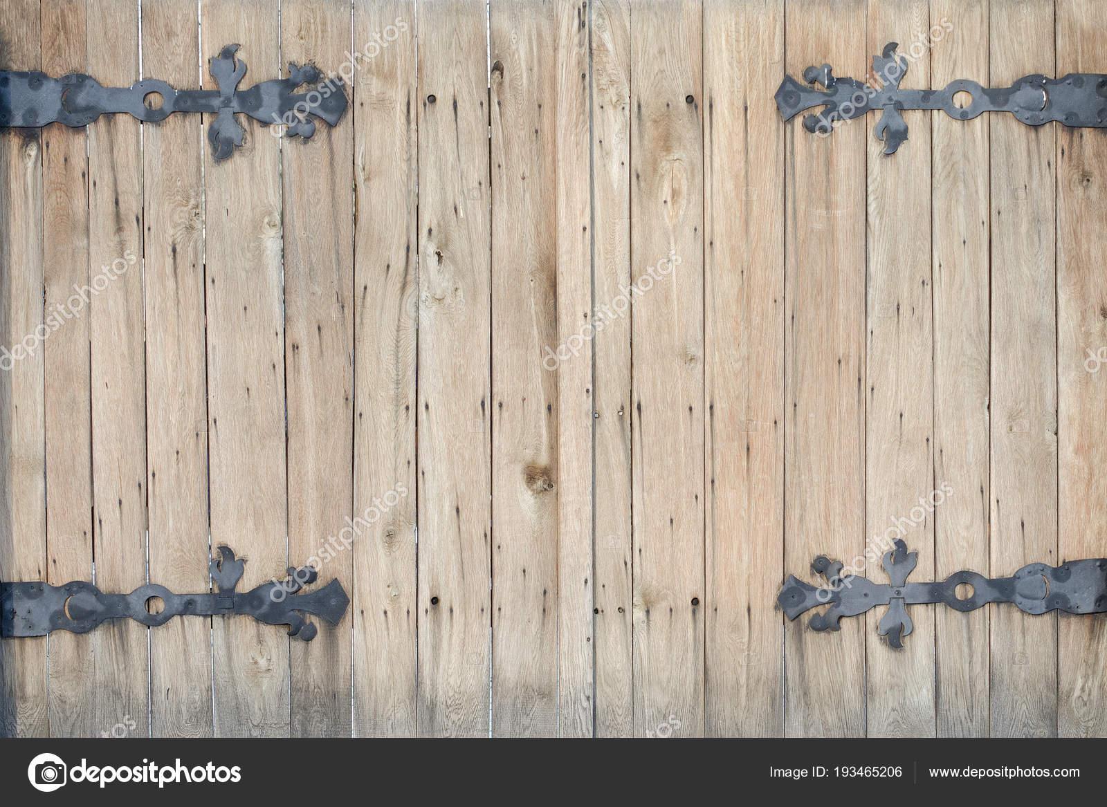 Cerniere Per Cancelli Di Legno : Vecchio cancello di legno con cerniere forgiati u foto stock
