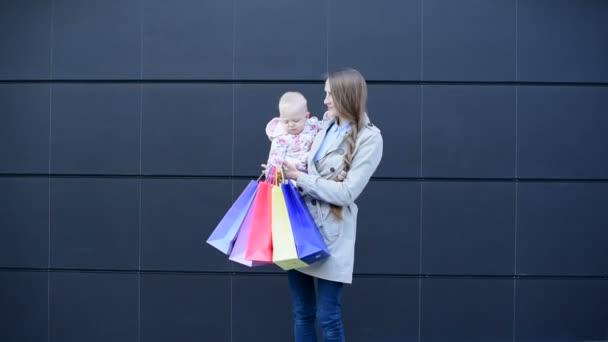 Matka s dceruškou nakupují v obchodě..