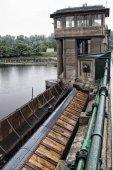 Pohyblivou část jezu a věž vodní elektrárny