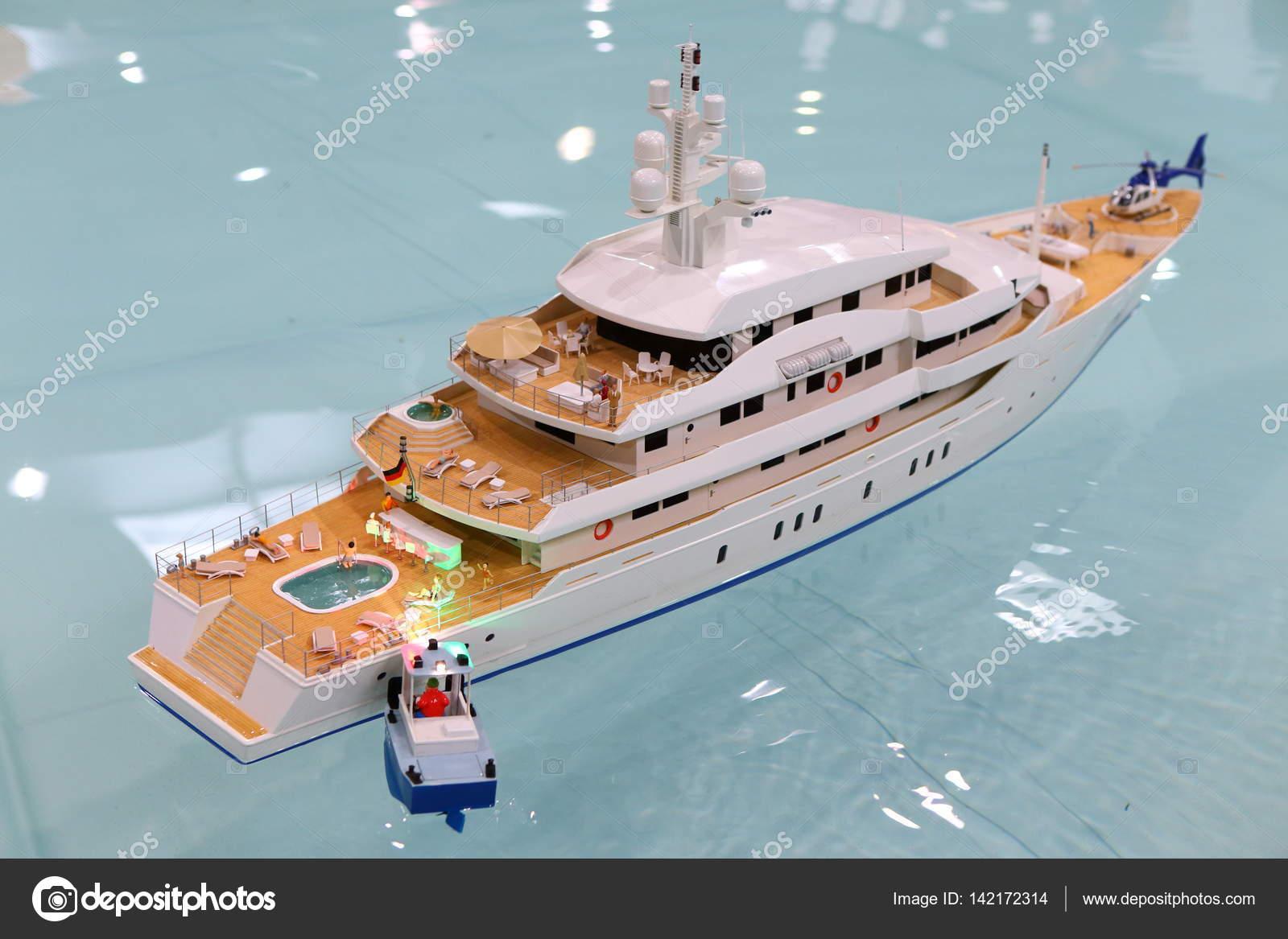 Witte model jacht op de pool u stockfoto ondrejschaumann