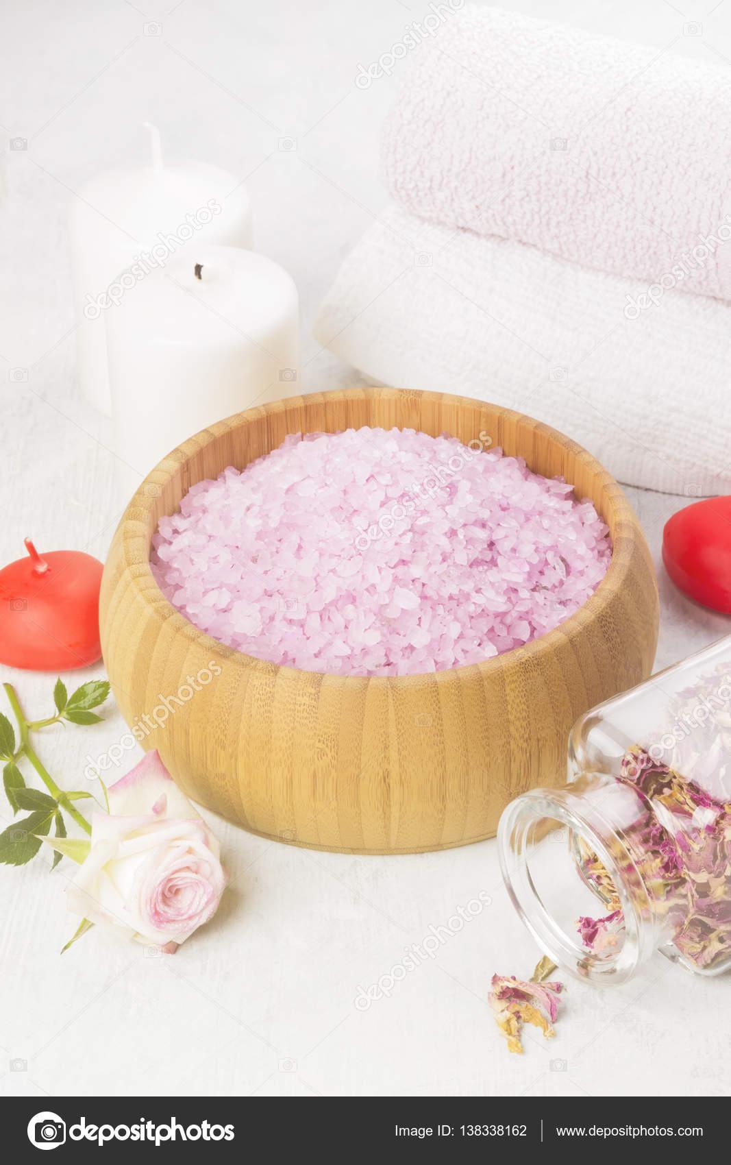 Sale da bagno con profumo di una rosa in una ciotola di legno ...