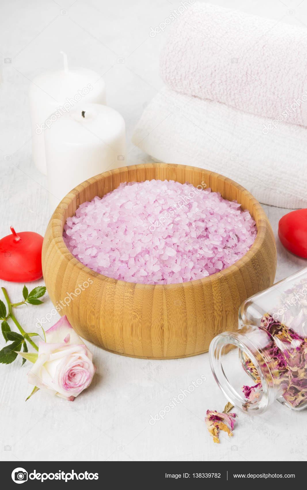 Bagno di sale con profumo di una rosa in una ciotola di legno ...