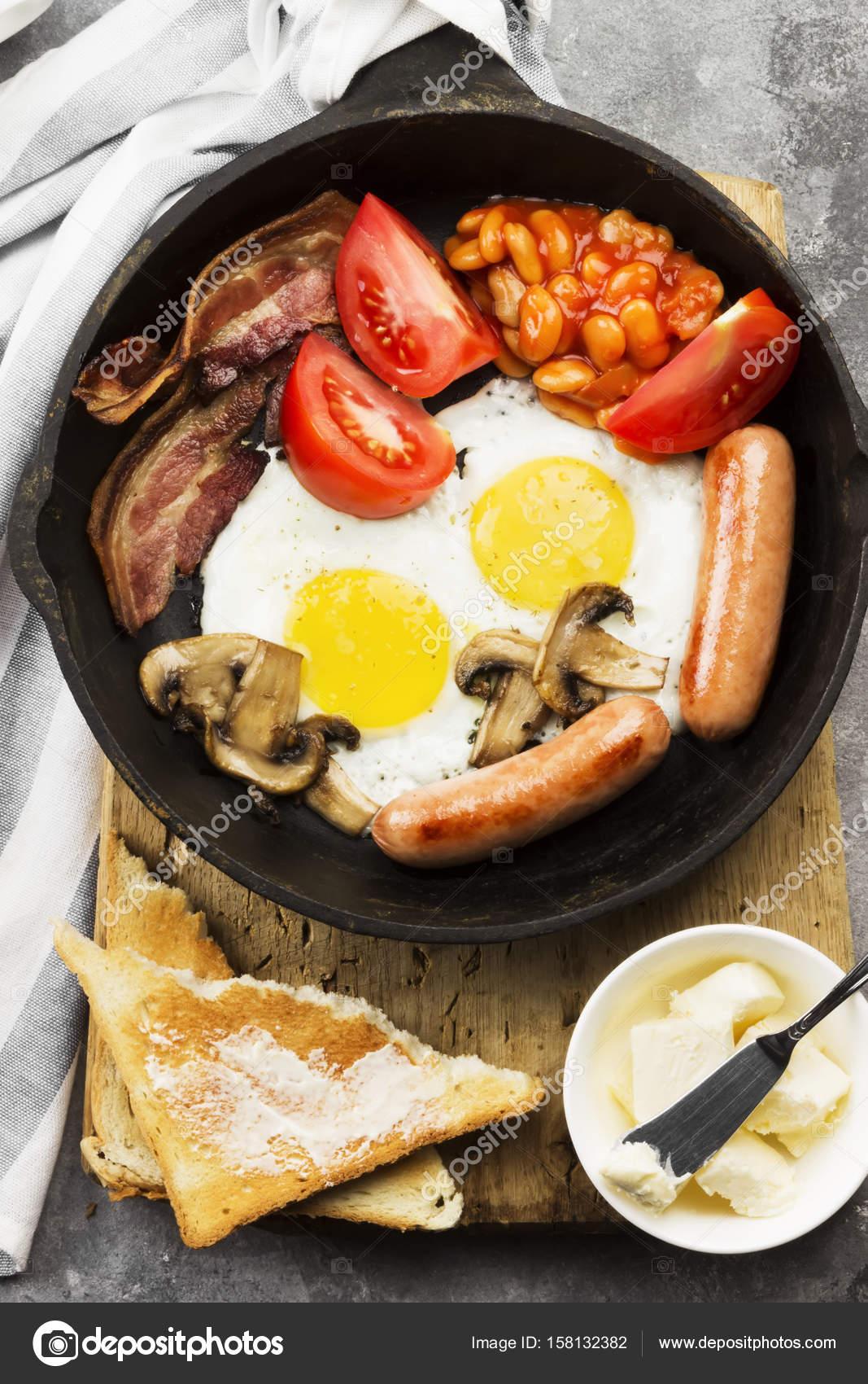 Tradizionale colazione all\'inglese - pancetta, salsicce, uova fritte ...