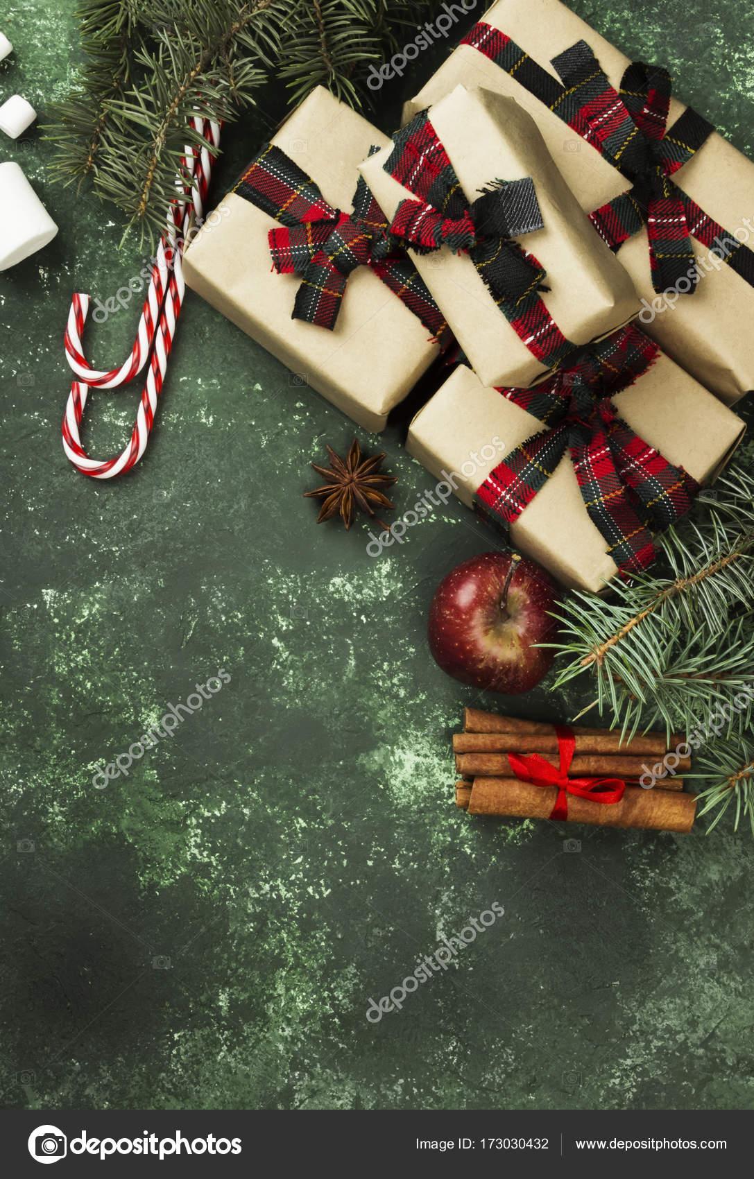 Boxen mit Geschenke für Weihnachten und verschiedene Attribute der ...
