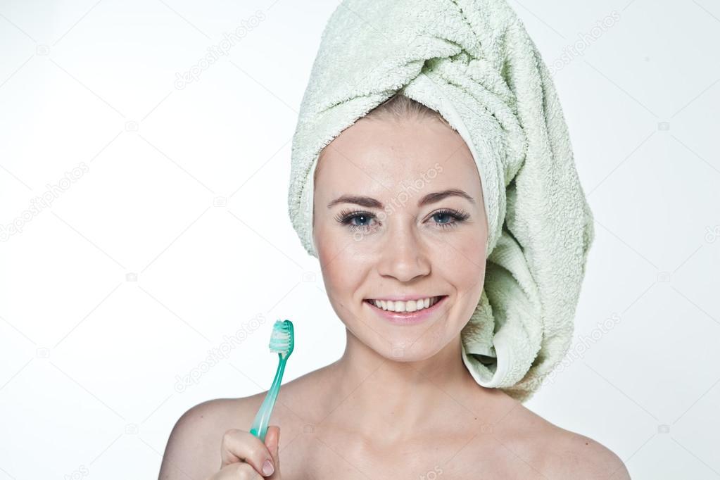 Девки и зубная щетка эротика девушек перед
