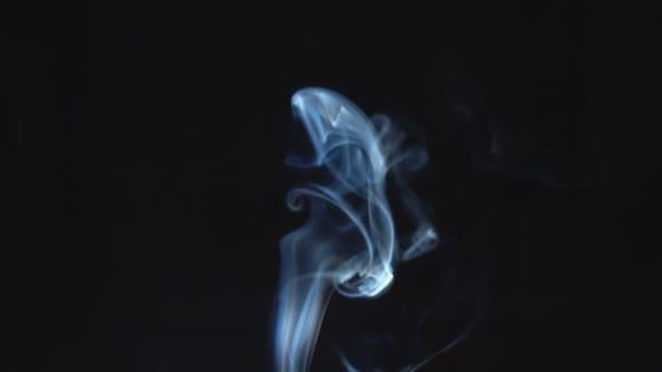 Kouř na černém pozadí. Zpomalený pohyb