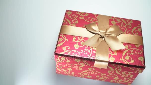 rote Geschenkbox auf weißem Hintergrund. 4k